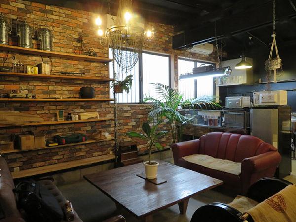 ソファのあるコーナー。煉瓦柄の壁紙と相まって重厚な雰囲気