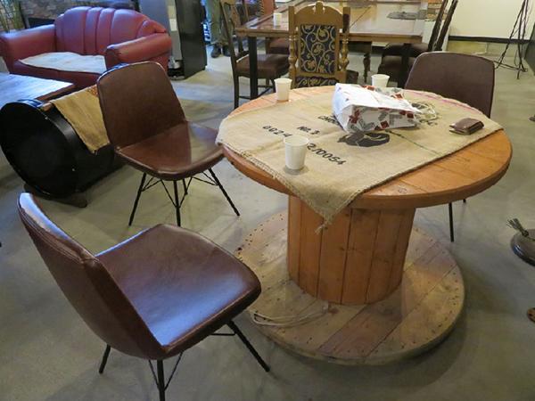 ケーブルドラムを利用したテーブル。椅子も場所ごとに異なるタイプ