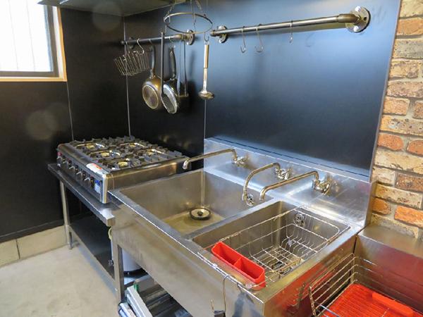 キッチンは業務用。ここでも男っぽい、無骨で実用性を重んじたテイストに