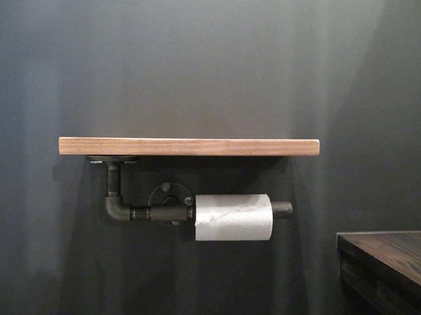 トイレットペーパーホルダーはパイプ。