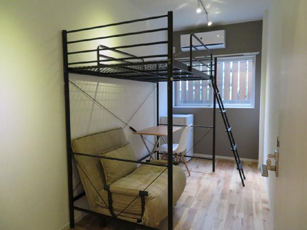 ロフトタイプのベッドが置いてある部屋
