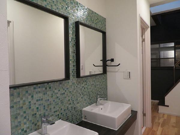 廊下に設えられた洗面所