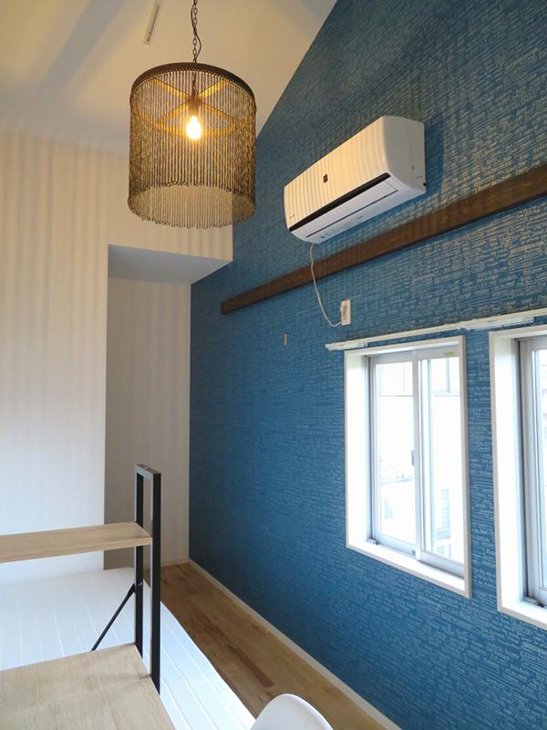 天井が高く開放的な2階の部屋