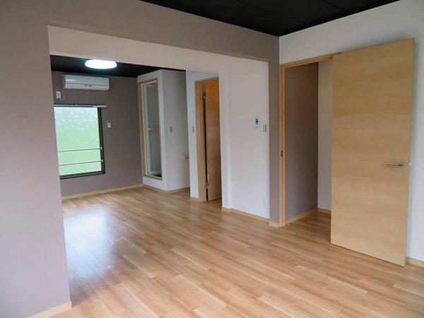 2階の部屋は元々2部屋あったが、間仕切りを撤去、広いワンルームに